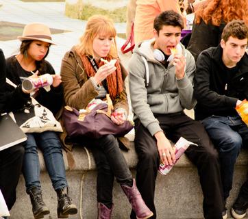 Los jóvenes de hoy no paran, ni para comer